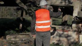 De bouwinspecteur filmde met tabletpc stock footage