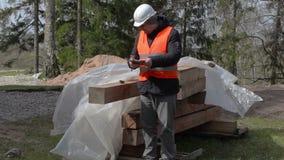 De bouwinspecteur verifieert bouwmaterialen stock videobeelden