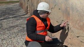 De bouwinspecteurscontrole oude muur van de bouw stock video