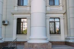 De de bouwkolom tussen twee vensters stock fotografie