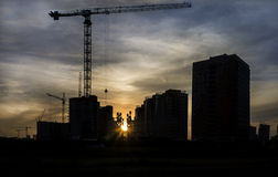 De bouwkraan bij bouw van een wolkenkrabber Stock Foto's