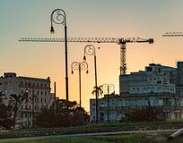 De bouwkranen kunnen over de horizon van Havana bij schemer worden gezien Stock Afbeeldingen