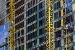 De bouwniveaus in aanbouw met kraanmast Stock Foto's
