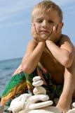 De bouwpiramide van het kind van kiezelsteen. Stock Afbeeldingen