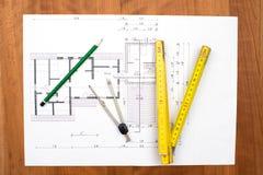 De bouwplan met potlood, die maatstaf en kompas vouwen royalty-vrije stock foto's