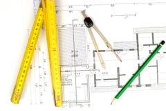 De bouwplan met potlood, die maatstaf en kompas vouwen stock foto's