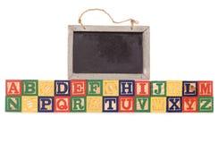De bouwstenen van het alfabet met bord Royalty-vrije Stock Afbeeldingen