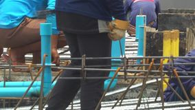 De bouwvakkers gieten concrete mengeling van cementmixer en troffelvlakte Langzame Motie Slowmo stock footage