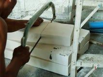 De bouwvakkers zagen een lichtgewicht concrete baksteen royalty-vrije stock afbeelding