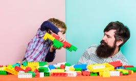 de bouwvliegtuig met kleurrijke aannemer Gelukkige familievrije tijd vader en zoonsspelspel Droom over vlieg Liefde Kind royalty-vrije stock afbeeldingen