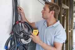 De Bouwwerf van elektricienfitting wiring on royalty-vrije stock foto