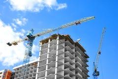 De bouwwerf van de kraan en highrise Stock Foto's