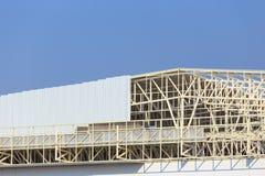 De bouwwerf voor metalsheetdak treft voorbereidingen Stock Foto's