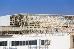 De bouwwerf voor metalsheetdak treft voorbereidingen Royalty-vrije Stock Foto's