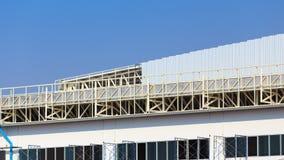 De bouwwerf voor metalsheetdak treft voorbereidingen Stock Afbeeldingen