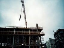 De bouwwerfkraan heft geprefabriceerd op royalty-vrije stock afbeelding