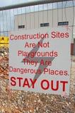 De bouwwerven zijn geen speelplaatsen Stock Foto's