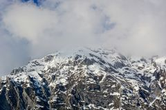 De bovenkant van de berg door wolken wordt behandeld die stock foto's