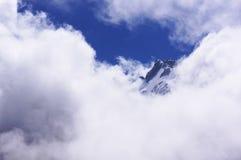 De bovenkant van de berg in de wolken Royalty-vrije Stock Foto