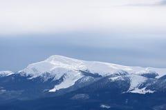 De bovenkant van de berg onder sneeuw Royalty-vrije Stock Foto's