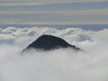 De bovenkant van de berg in wolken Royalty-vrije Stock Afbeeldingen