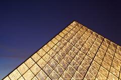 De bovenkant van de close-up van de verlichte piramide van het Louvre Royalty-vrije Stock Foto