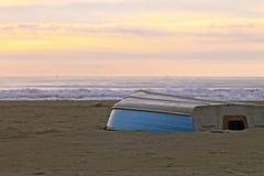 De bovenkant van de rijboot - neer op een de winterkust bij zonsondergang Royalty-vrije Stock Foto