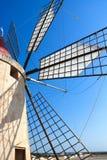 De bovenkant van de windmolen met schaduwen en blauwe hemel Stock Foto