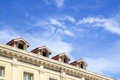 De bovenkant van het hotel met blauwe hemel stock foto's