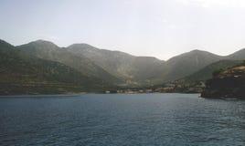 De bovenkanten van de heuvels in de nevel en het meer Stock Afbeelding