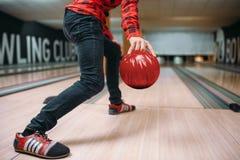 De bowlingspeler maakt werpen, close-upmening over hand met bal stock foto