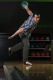 De bowlingspeler probeert om uit het Blijven te nemen Spelden Stock Fotografie
