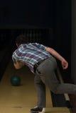 De bowlingspeler probeert om uit het Blijven te nemen Spelden Royalty-vrije Stock Foto