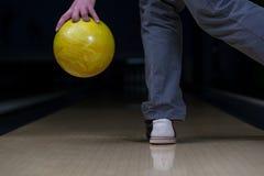 De bowlingspeler probeert om uit het Blijven te nemen Spelden Stock Foto