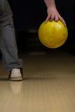 De bowlingspeler probeert om uit het Blijven te nemen Spelden Royalty-vrije Stock Foto's