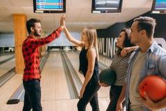 De bowlingspeler werpt bal op steeg en maakt stakingsschot royalty-vrije stock afbeelding