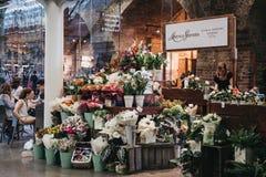 De box van Moysesstevens florist binnen de zaal van St Pancras stat stock afbeelding