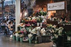 De box van Moysesstevens florist binnen de zaal van St Pancras stat stock foto's