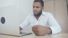 De boze Afrikaanse Amerikaanse werkgever slaat zijn vuist op de lijst Bedreiging van geweld De werkgever toont agressie stock video