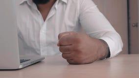 De boze Afrikaanse Amerikaanse werkgever slaat zijn vuist op de lijst Bedreiging van geweld De werkgever toont agressie stock footage