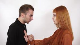 De boze agressieve mens die bij vrouw schreeuwen en toont haar zijn vuist, heft de vrouw haar hand op, duwt hem met hand die die  stock video