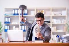 De boze agressieve zakenman in het bureau Stock Foto