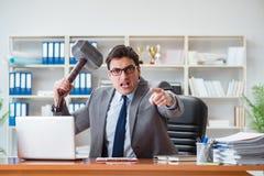 De boze agressieve zakenman in het bureau Stock Afbeelding