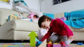De boze baby ontbreekt bij het spel van bouwblokken - het beheer van de reactieemotie in kinderen stock footage