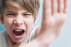 De boze jongensschreeuwen en toont einde Emotieconcept royalty-vrije stock fotografie