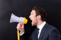 De boze mens maakt lawaai door megafoon stock foto's