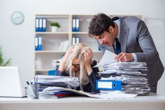 De boze razende werkgever die en bij zijn secretaressewerknemer schreeuwen schreeuwen stock afbeeldingen