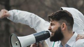 De boze schreeuw van voetbalventilators op straat in een megafoon Kaukasische mensen op staking stock video