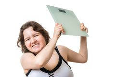 De boze te zware vrouw is gefrustreerd van haar gewicht Zij werpt schalen Geïsoleerd op wit stock afbeeldingen