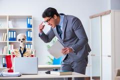 De boze werkgever die bij zijn skeletwerknemer schreeuwen Stock Fotografie